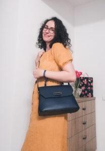 cum să porți o geantă albastră rochie galbenă