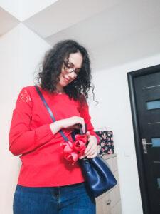 cum să porți o geantă albastră ținută roșie