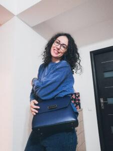 cum să porți o geantă albastră ținută albastră